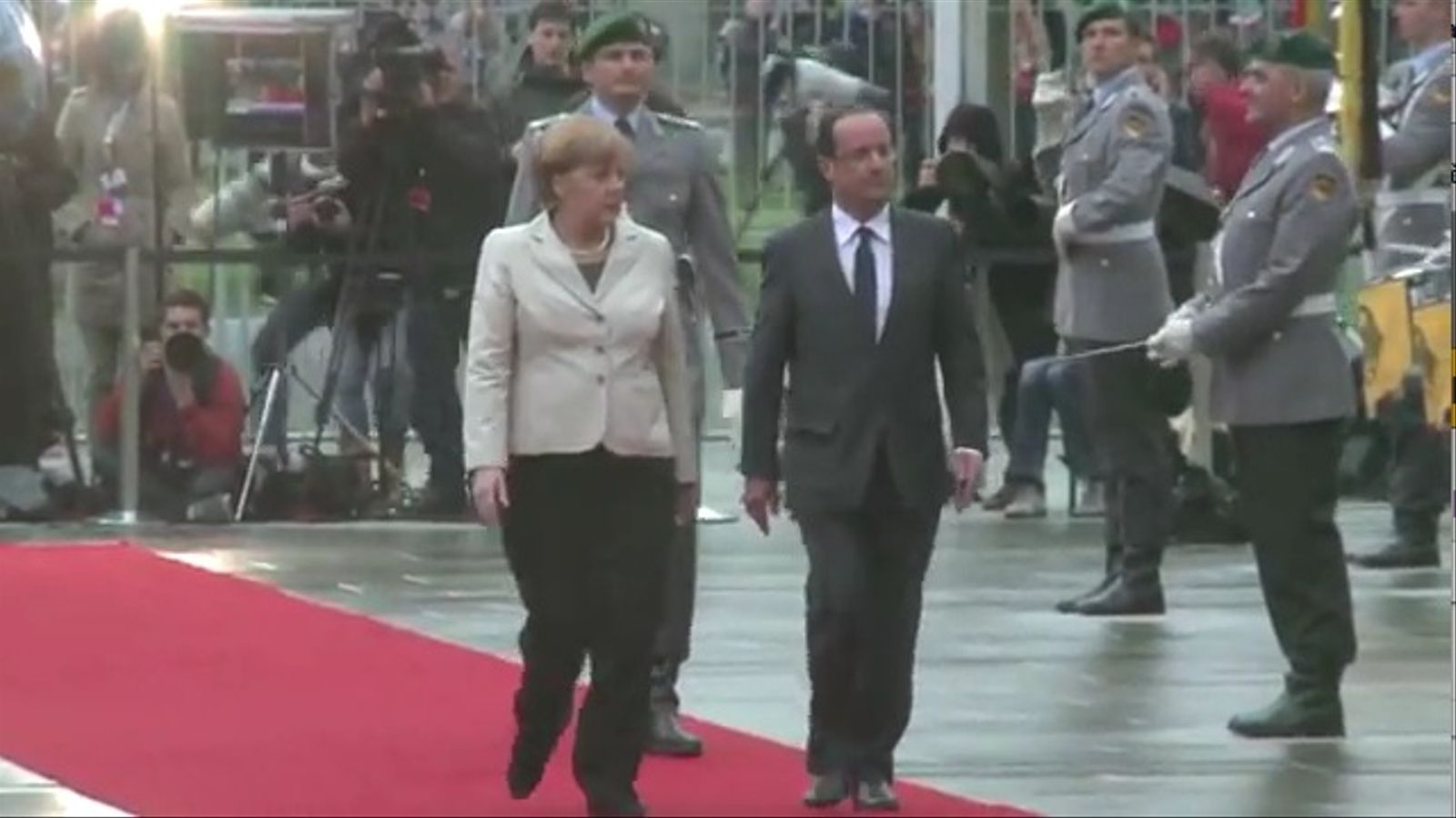 El pas vacil·lant d'Hollande davant Merkel