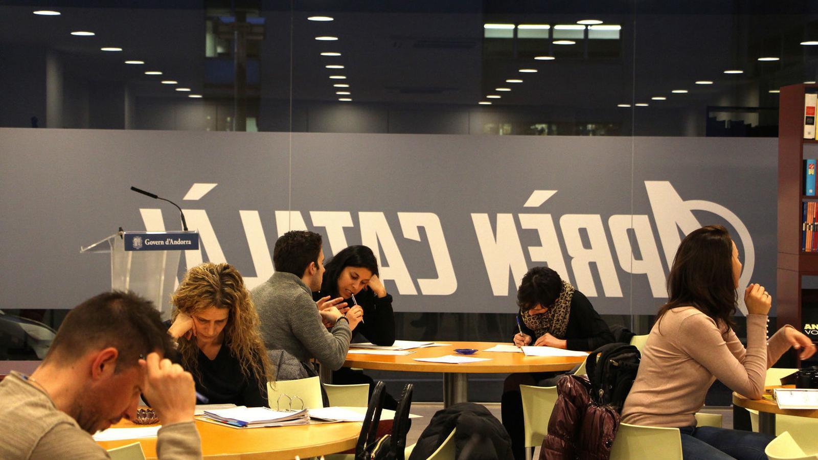 Estudiants al nou Centre d'autoaprenentatge del català d'Escaldes-Engordany. / M. F. (ANA)
