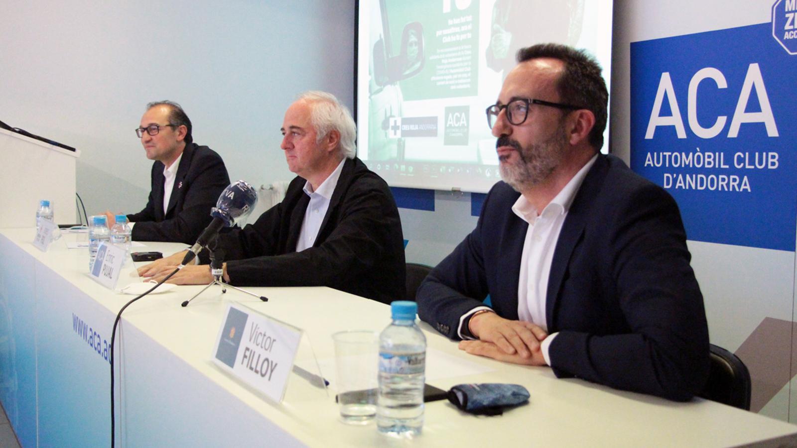 El president de la Creu Roja Andorrana, Josep Pol; el president de l'ACA, Enric Pujal, i el ministre d'Afers Socials, Habitatge i Joventut, Víctor Filloy, durant la roda de premsa celebrada aquest dimecres. / M. P. (ANA)