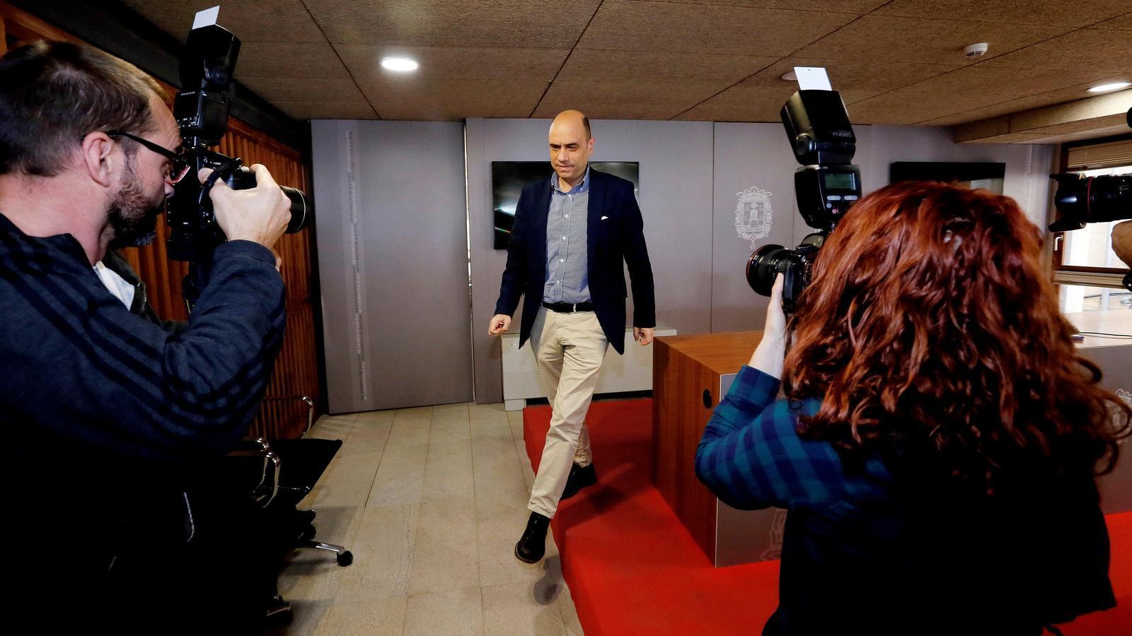 L'alcalde d'Alacant, Gabriel Echávarri, després de comparèixer davant els mitjans de comunicació.