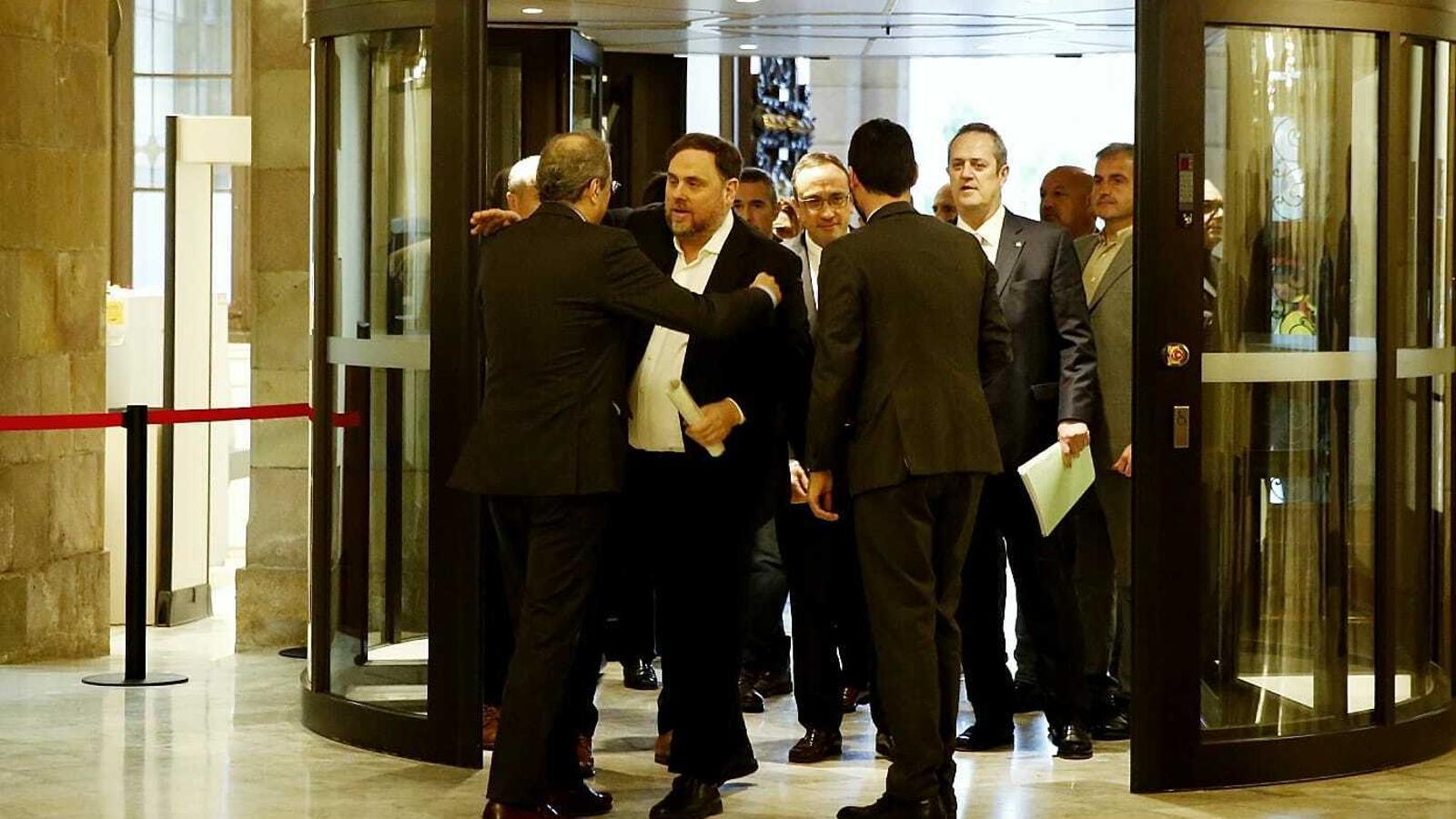 Oriol Junqueras s'abraçada amb Quim torra a l'arribada al Parlament per comparèixer a la comissió del 155