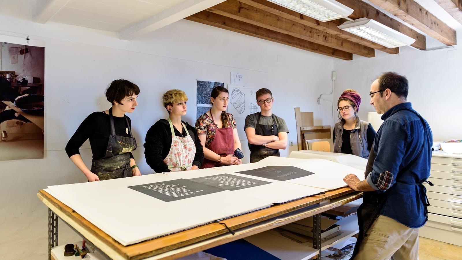 Imatge arxiu d'una de les estades artístiques als tallers de Miró
