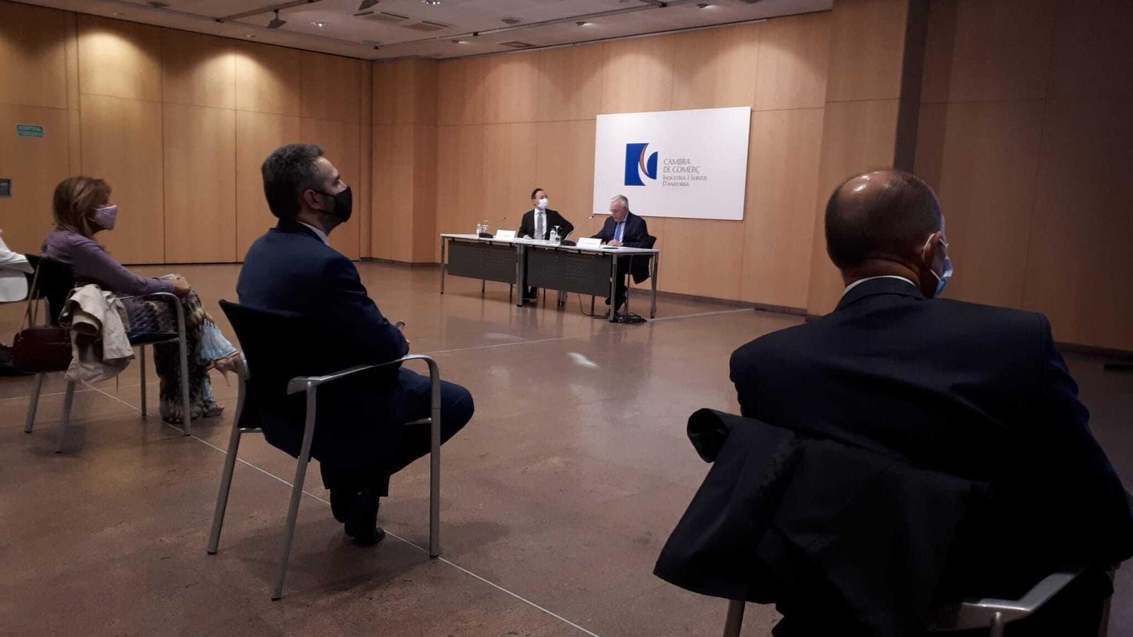 El president de la Cambra de Comerç, Miquel Armengol, i el cap del Govern, Xavier Espot, durant la presentació de l'informe econòmic 2019. / E.C. (ANA)