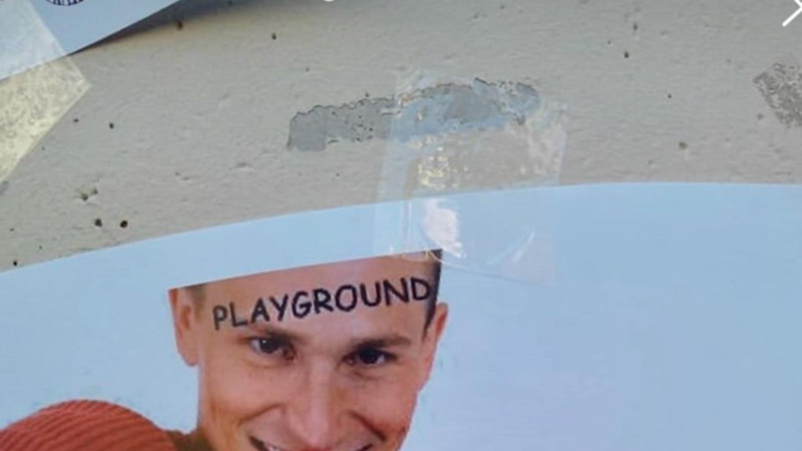 Els treballadors de PlayGround protesten contra l'ERO empaperant el carrer amb mems