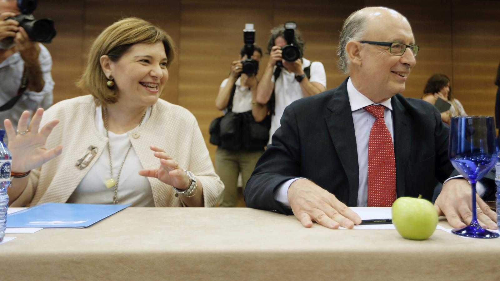 El ministre d'Hisenda, Cristóbal Montoro, junt a la presidenta del PP valencià, Isabel Bonig, moments abans de participar en una reunió amb empresris valencians.