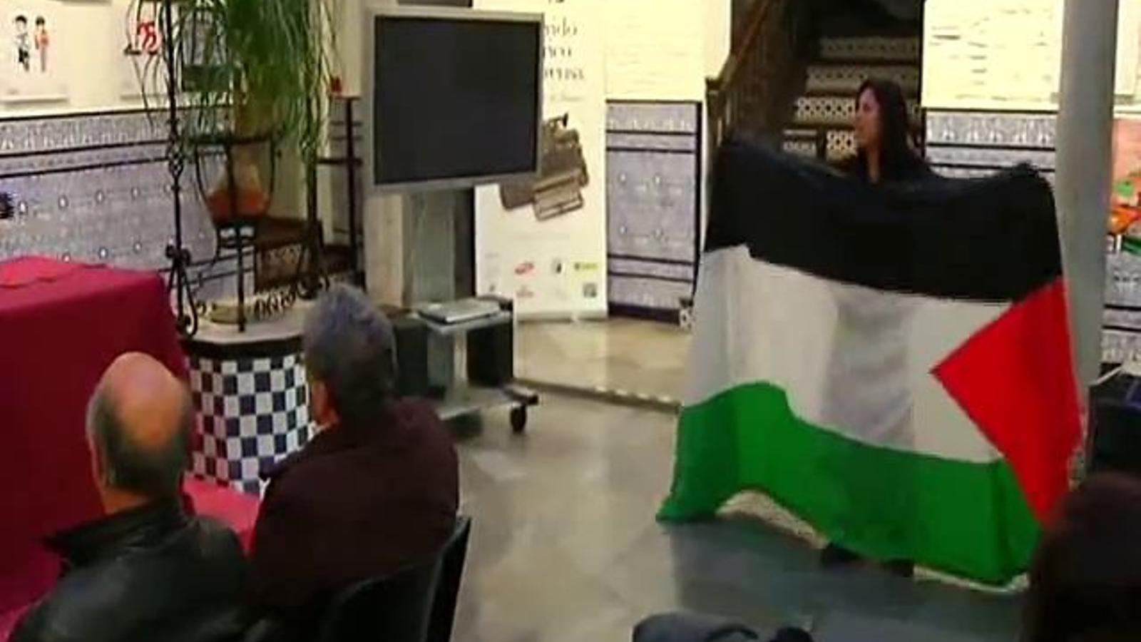 El president de l'associació de premsa de Granada amenaça amb un cinturó una activista propalestina