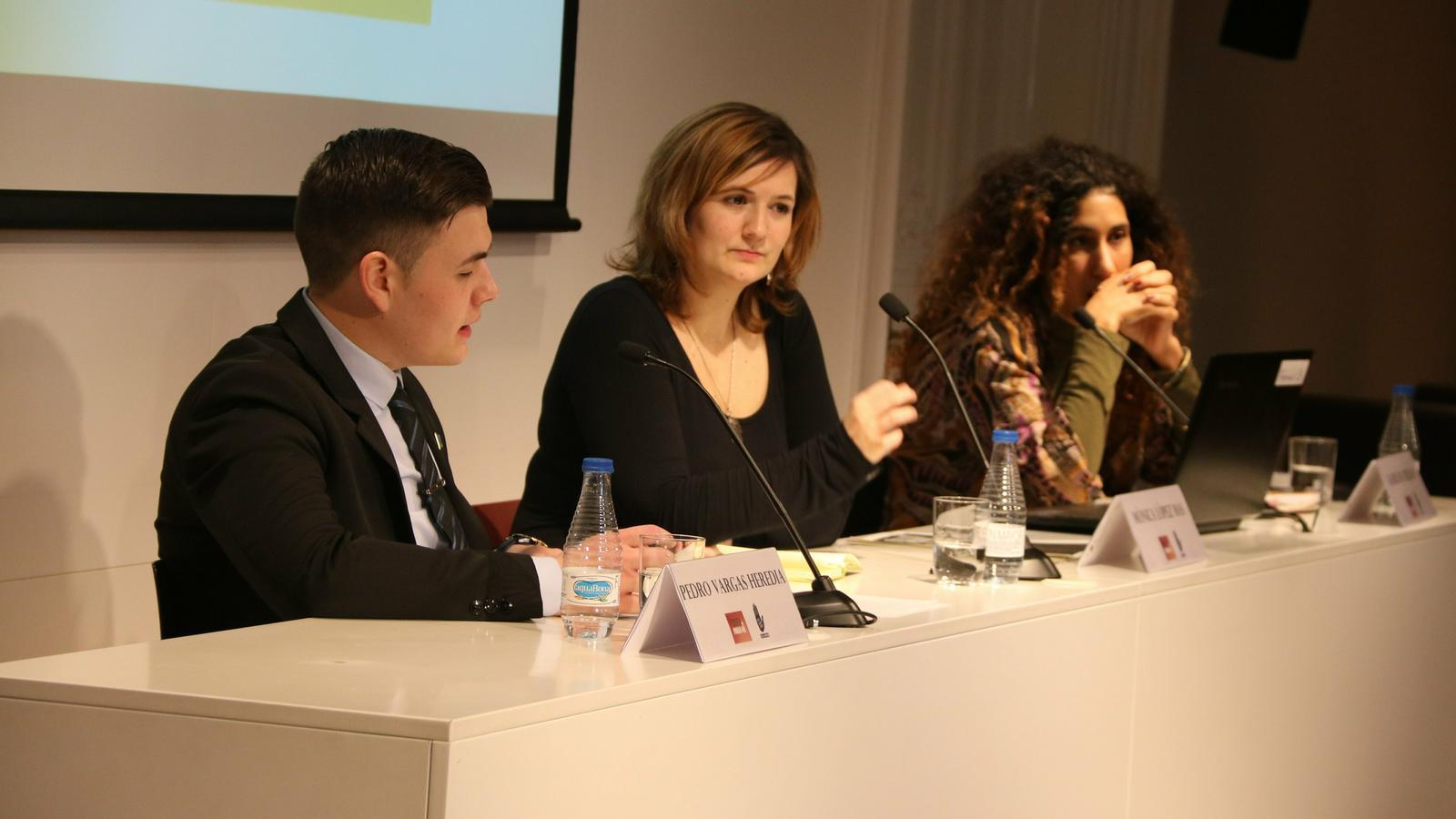 Pedro Vargas Heredia, Mónica López Mas, i Kaire Ba Dejuan, durant la roda de premsa de SOS Racisme al Col·legi de Periodistes