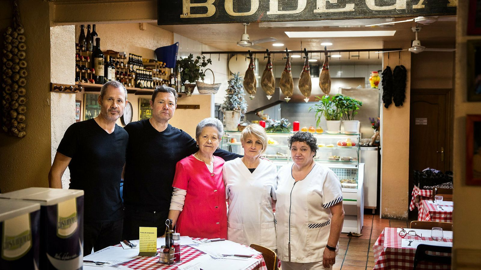D'esquerra a dreta, el Vicens, l'Albert, la Marina, la Katy i la Pilar a la Bodega Bartolí.