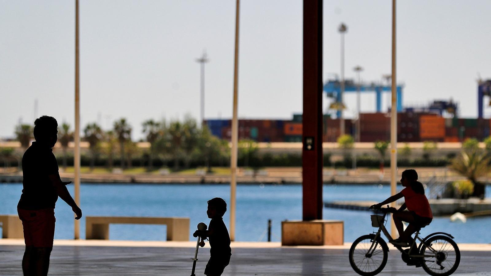 Dos nens i un adult a la Marina del port de València