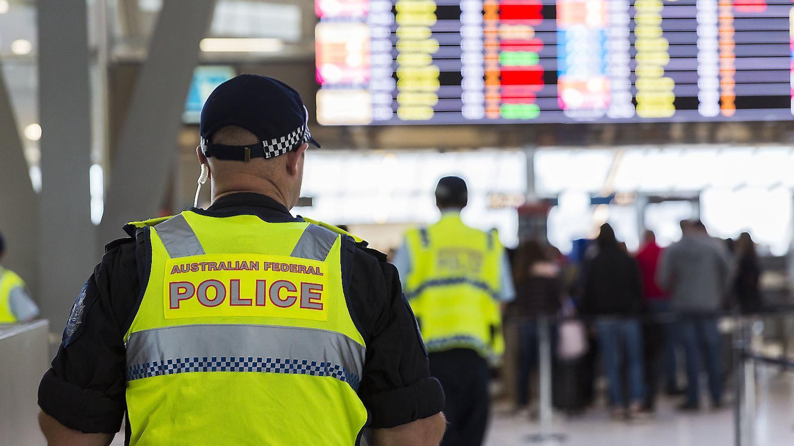 Agents de policia vigilant l'aeroport de Sydney, a Austràlia. Ahir va ser detingut un pederasta que intentava viatjar fora del país.