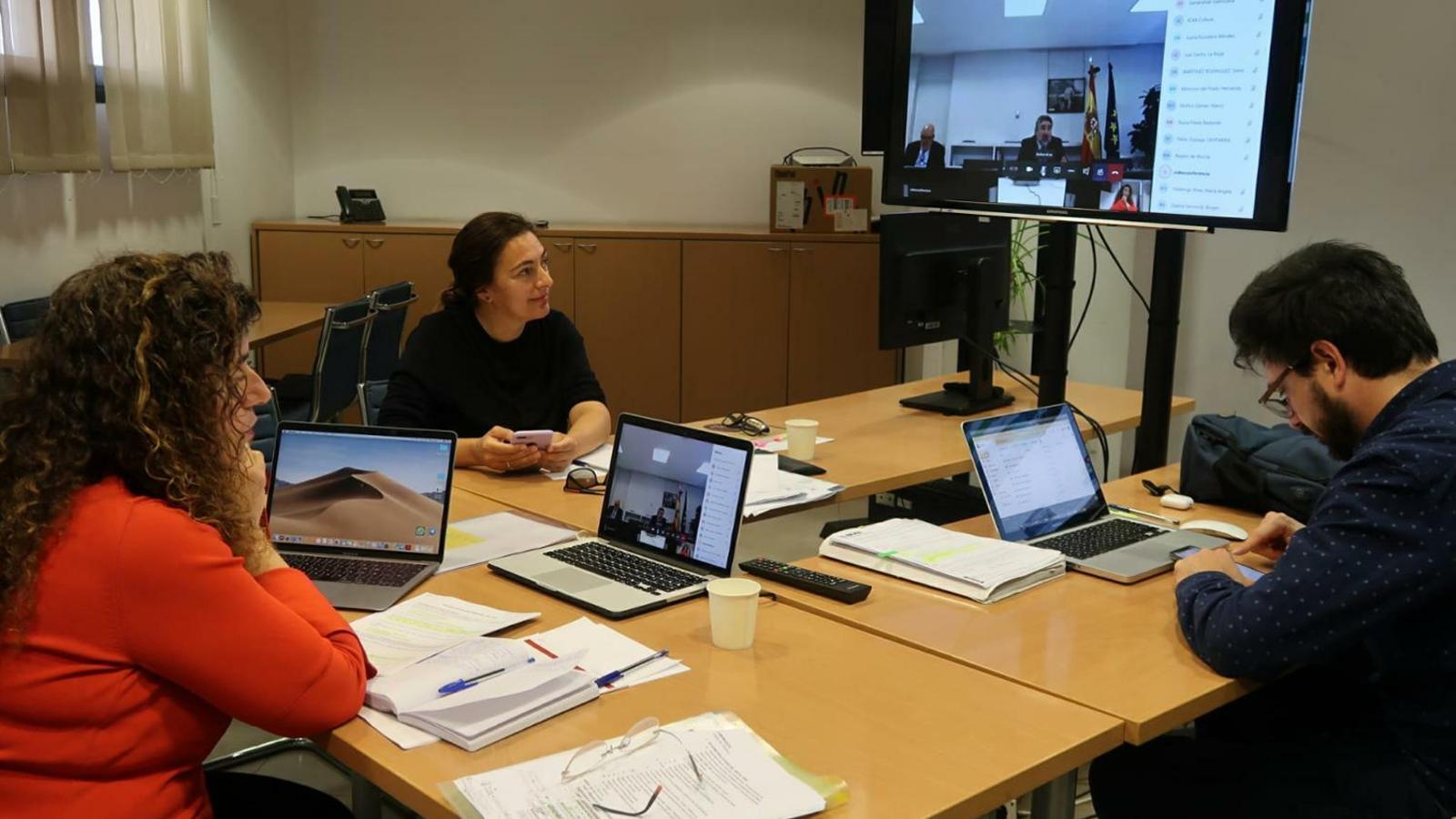 Pilar Costa, Catalina Solivellas i Mateu Malondra, durant la reunió amb el ministre de Cultura i els altres consellers de cultura de l'Estat