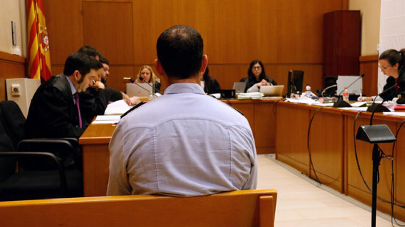 L'agent antidisturbis jutjat per unes presumptes lesions durant el desallotjament dels indignats de Plaça de Catalunya, abans de començar el judici a l'Audiència de Barcelona