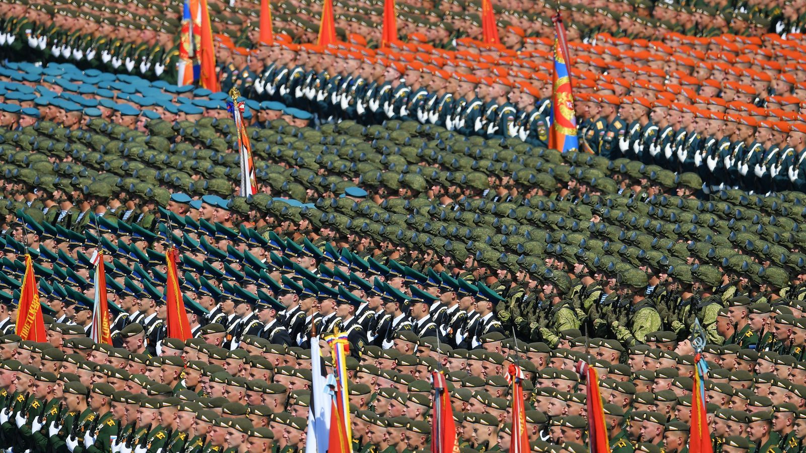 Milers de persones assisteixen a la desfilada militar a Rússia tot i els 7.000 casos diaris de covid-19