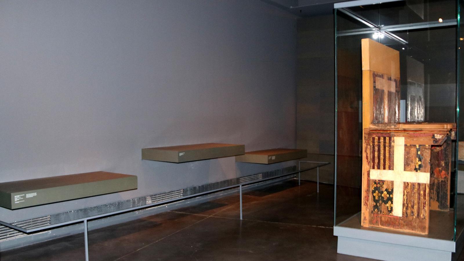 Les prestatgeries buides on hi havia algunes de les obres de Sixena al Museu de Lleida