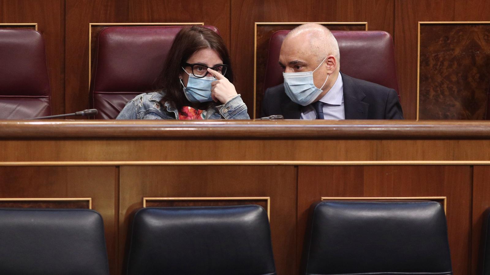 La portaveu del PSOE al Congrés, Adriana Lastra, amb el secretari general del grup parlamentari socialista, Rafael Simancas, conversant durant el ple de la setmana passada.
