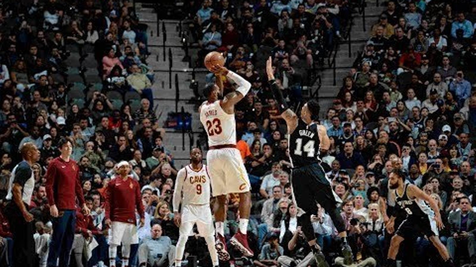 LeBron James anotant la cistella que el fa superar els 30.000 punts