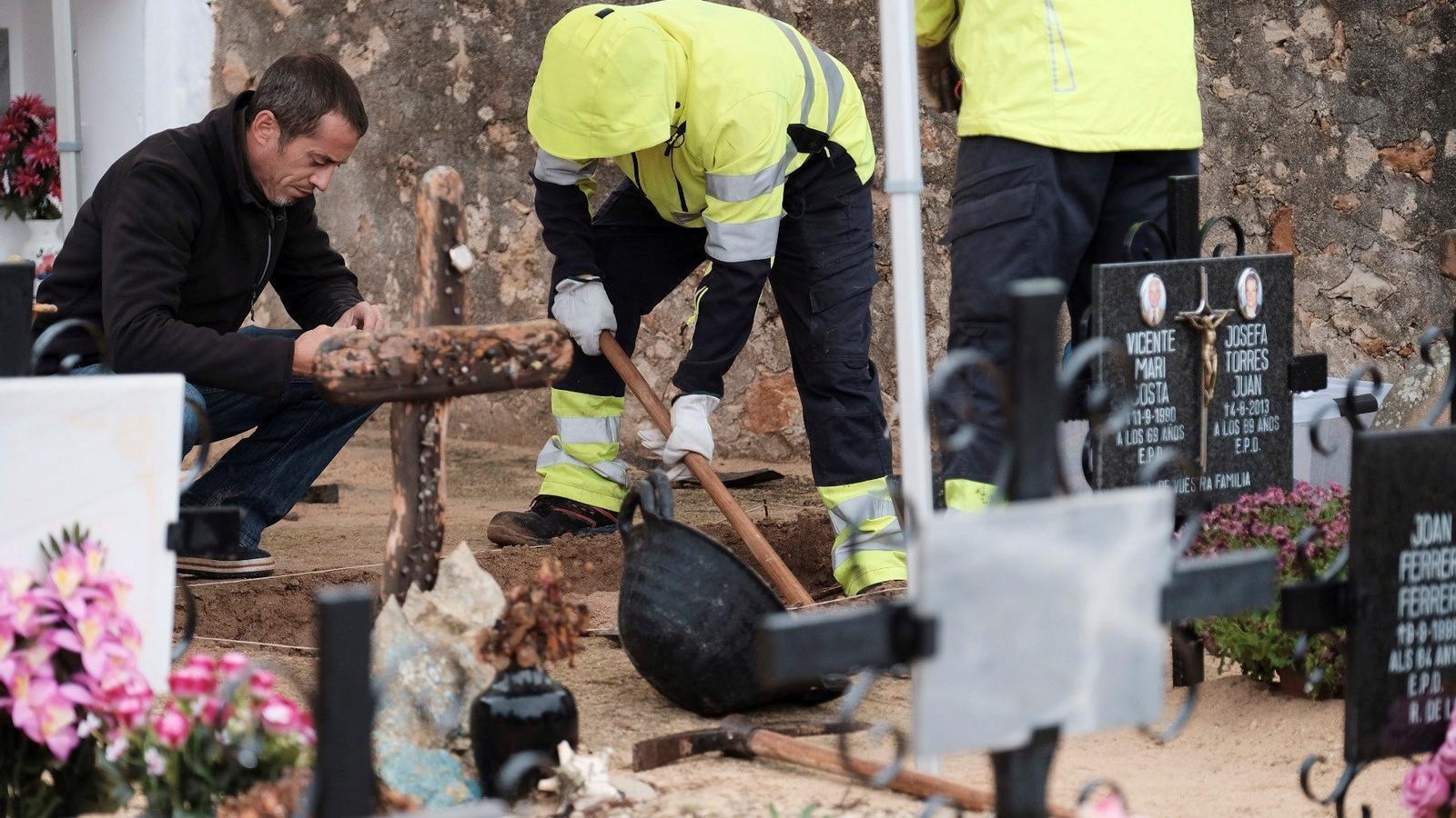 Els tècnics cerquen les restes de les cinc persones que foren assassinades i enterrades en aquesta fossa.
