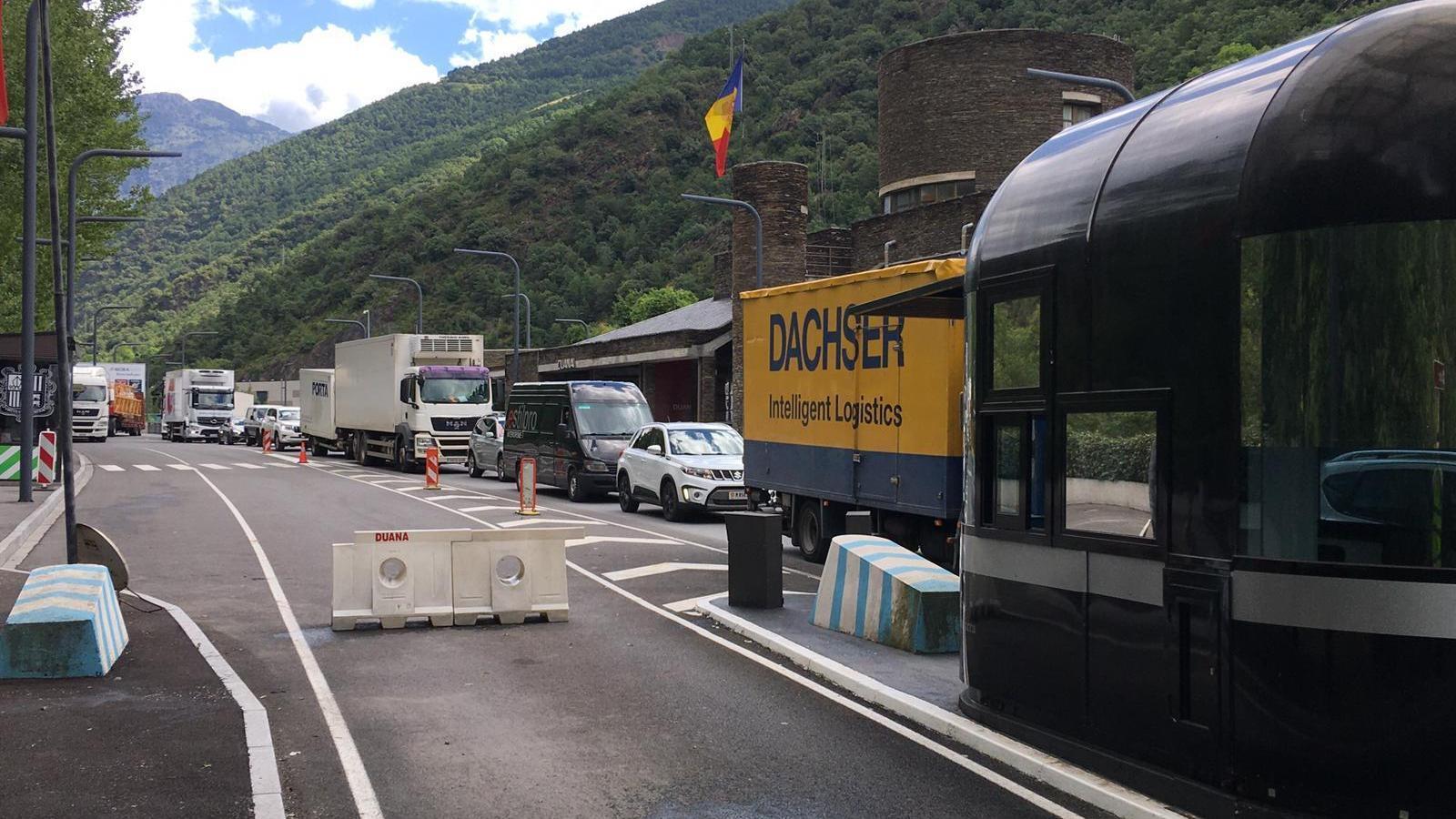 Camions i cotxes han compartit la cua. / M. P.