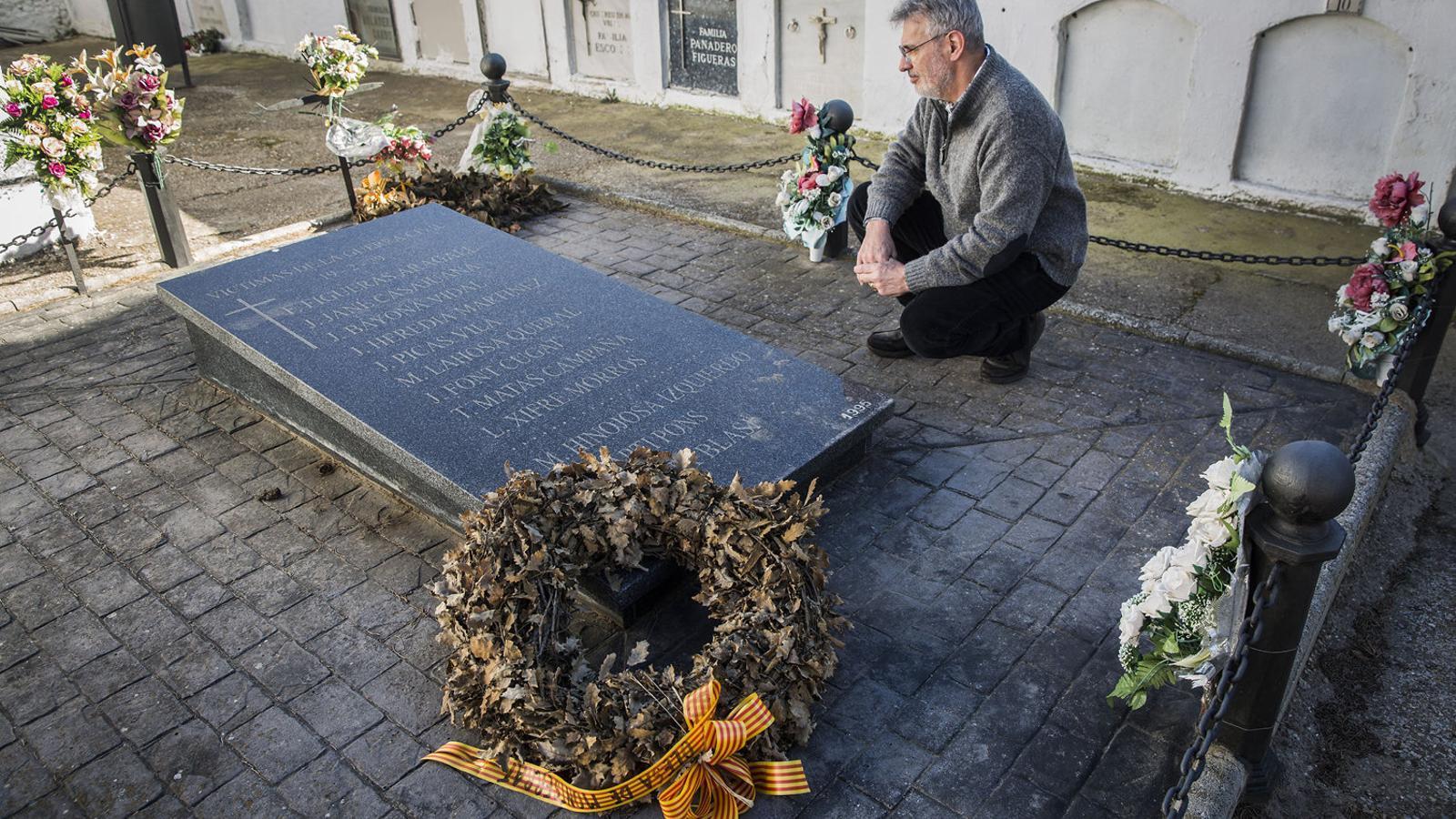 Fèlix Figueras davant la fossa a Abrera on hi ha enterrat el seu avi, afusellat el 19 de febrer del 1939.