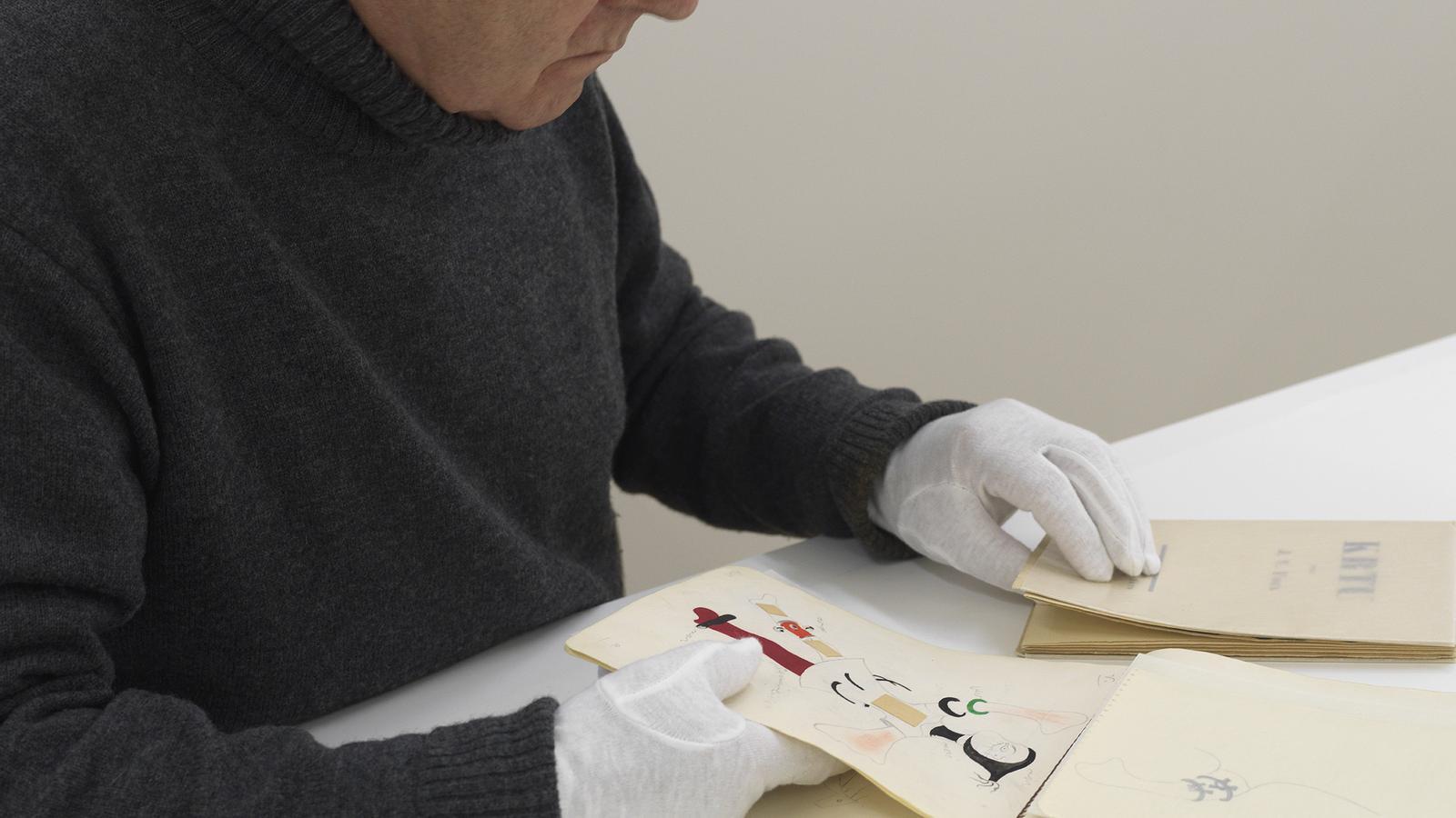 Antoni Llena treballant amb els dibuixos de Joan Miró