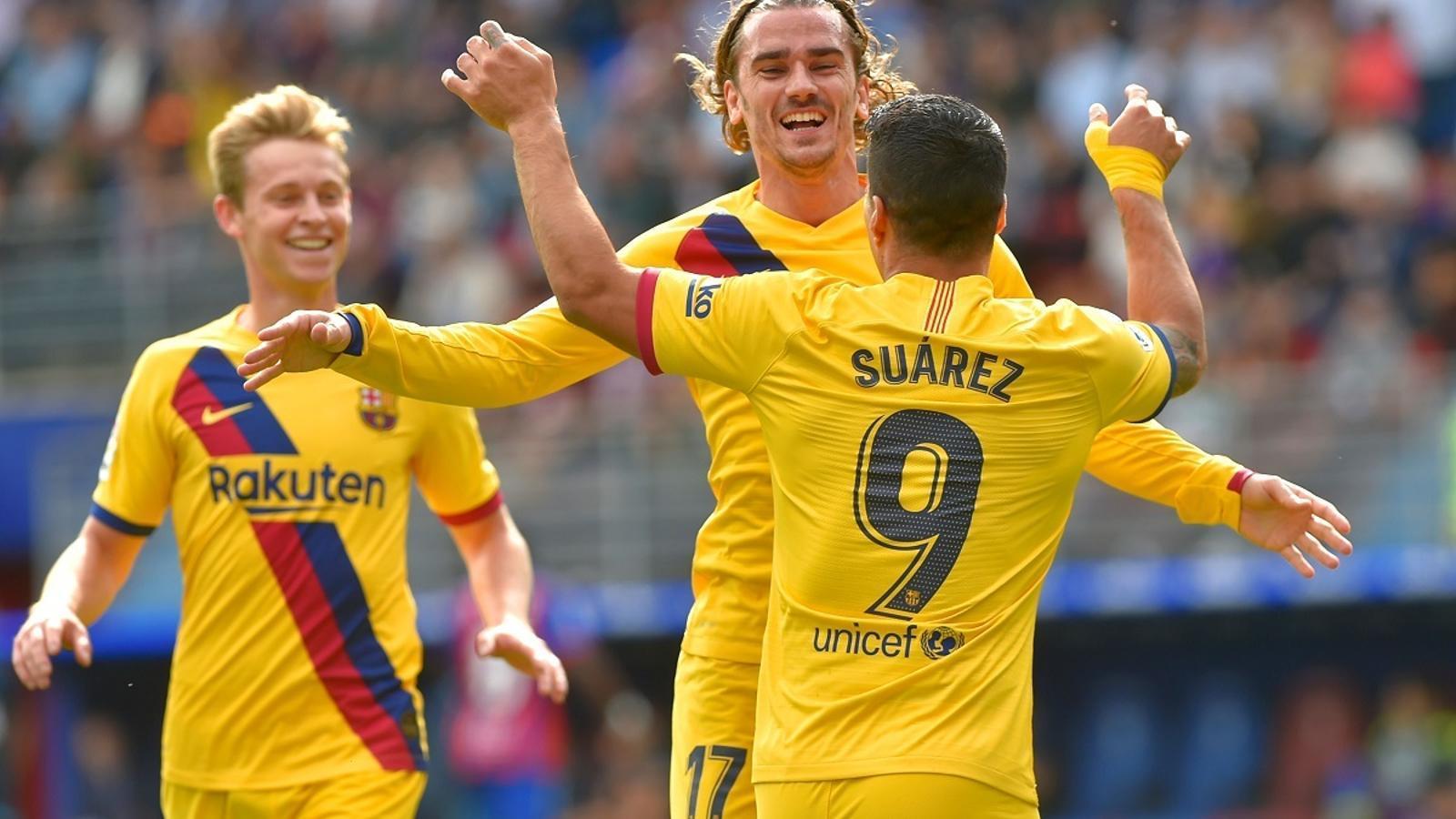 Suárez, felicitant Griezmann després del gol contra l'Eibar, amb De Jong arribant de fons