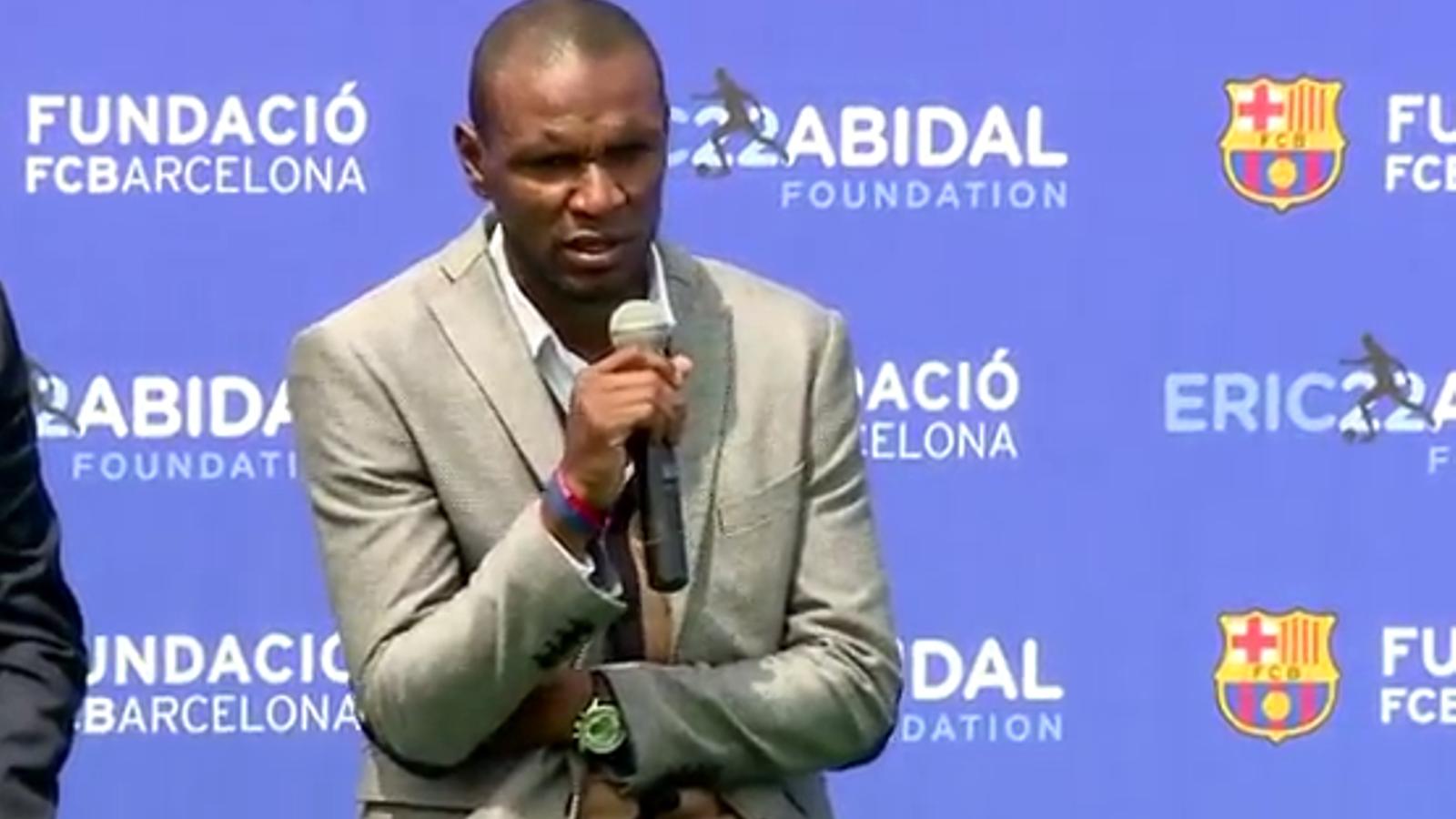 Éric Abidal durant la presentació de l'acord