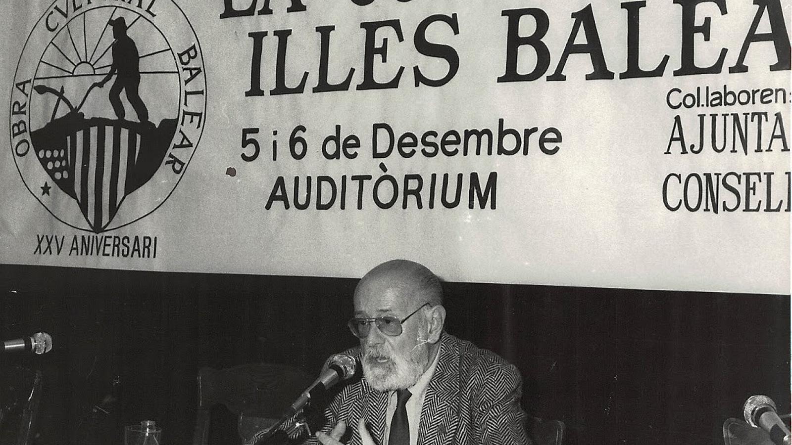 TUASDASDASDL  01. Josep Maria Llompart fou president de l'Obra Cultural Balear. 02. El febrer de 1975 l'OCB participà en la celebració del Congrés de Cultura Catalana (CCC). 03. Francesc de Borja Moll.