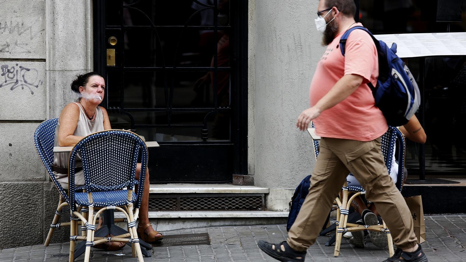 Ja no es pot fumar al carrer a Catalunya si no es pot mantenir la distància