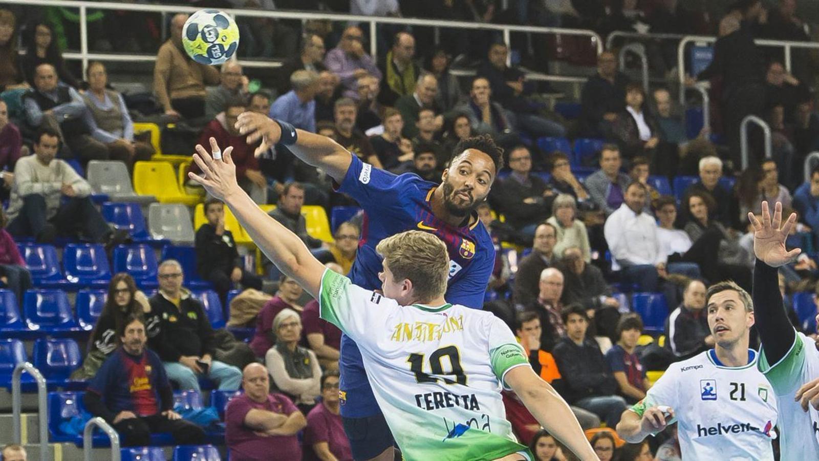 Thimothey N'Guessan intentar fer gol contra l'Anaitasuna