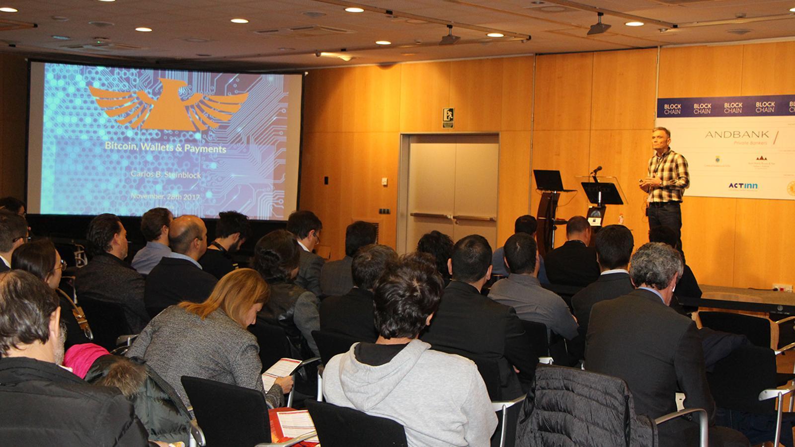 Un moment de la conferència de Carlos Barbero sobre 'Bitcoin, bitlleteres i pagaments' a la Jornada Blockchain.
