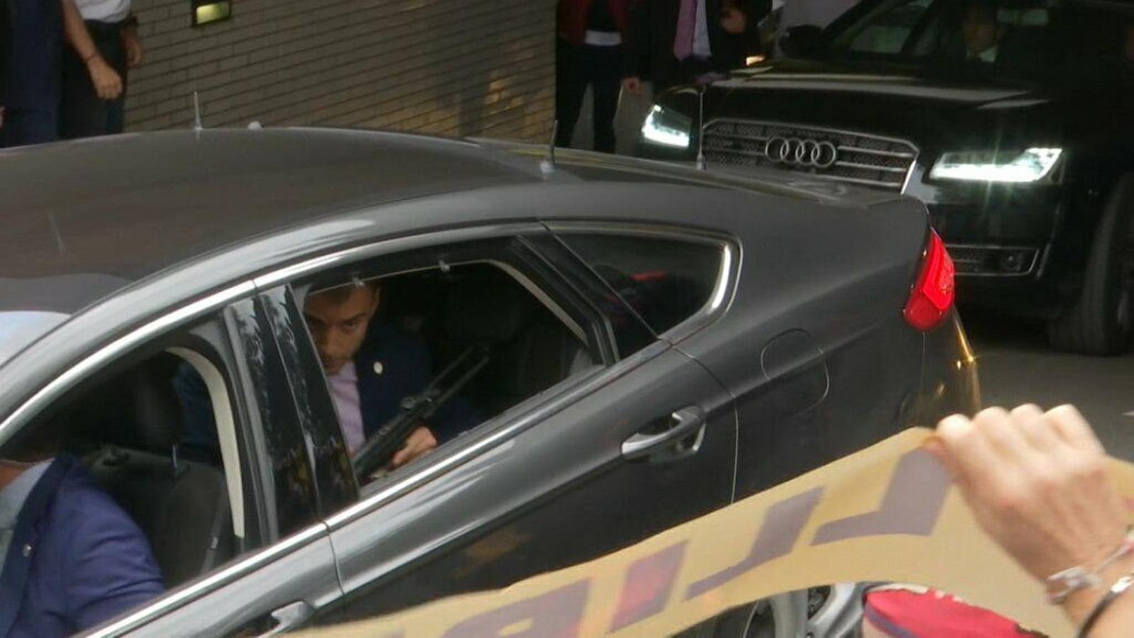 Un escorta de Sánchez ensenyant un subfusell des de dins el cotxe