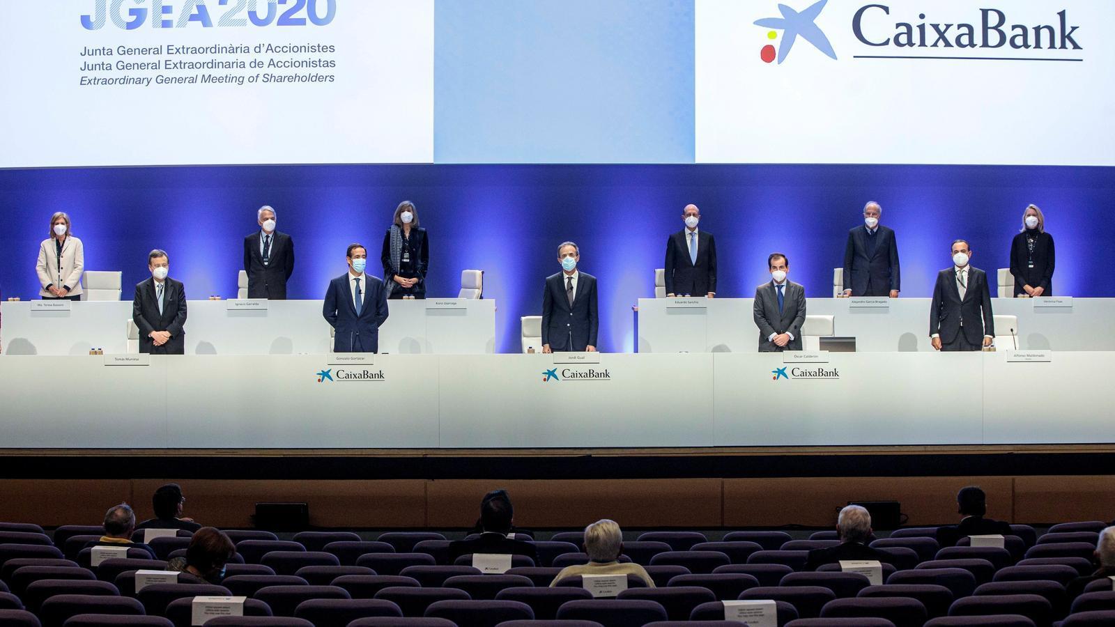 El president de CaixaBank, Jordi Gual (c), i el conseller delegat, Gonzalo Gortázar (2e), durant la junta d'accionistes de CaixaBank per a donar llum verda al projecte de fusió amb Bankia