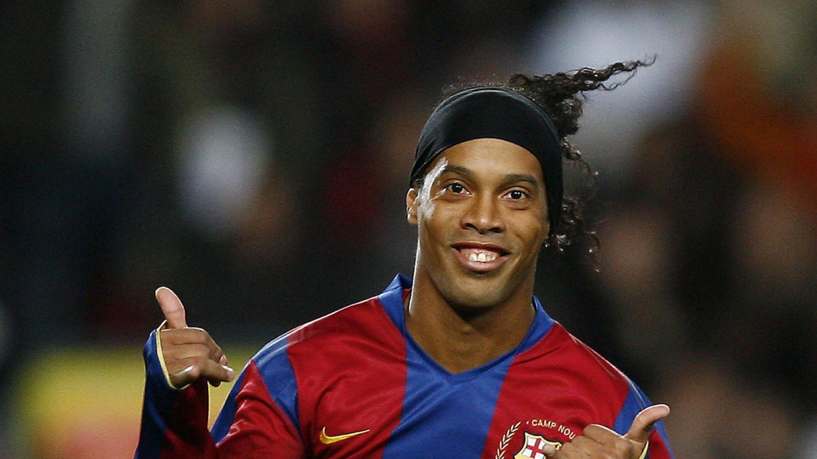 Ronaldinho celebrant un gol  al Camp Nou al Deportivo el desembre del 2007.
