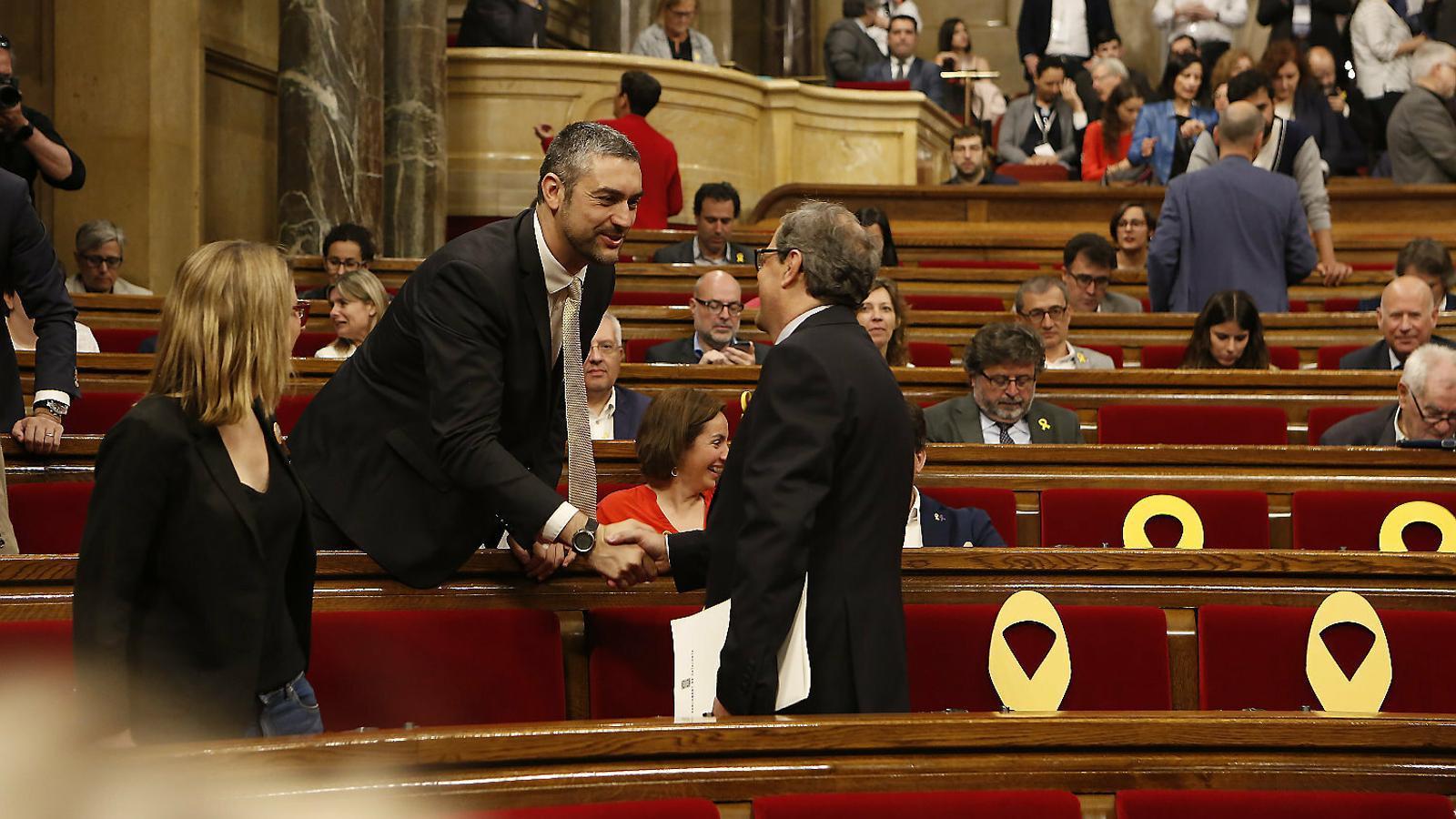 Peu de foto de una o dues línfoto de una o dues línfoto de una oes lídues línfoto de una oes Bernat Solé i Quim Torra saludant-se a l'hemicicle del Parlament.