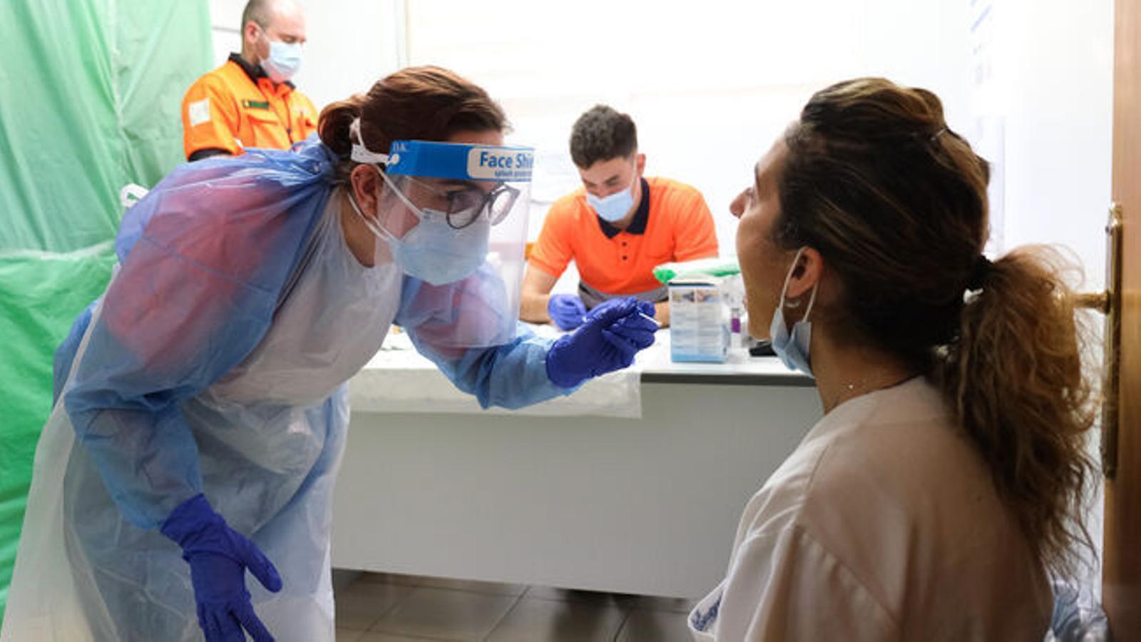 Un centre de salut en el moment que es fan tests del covid-19 / ISAAC BUJ
