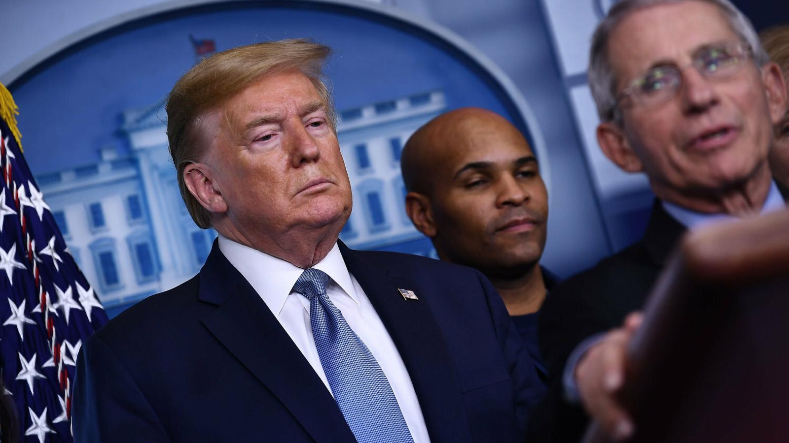 Donald Trump, ahir a la Casa Blanca, escoltant el director del centre que gestiona la crisi del Covid-19.