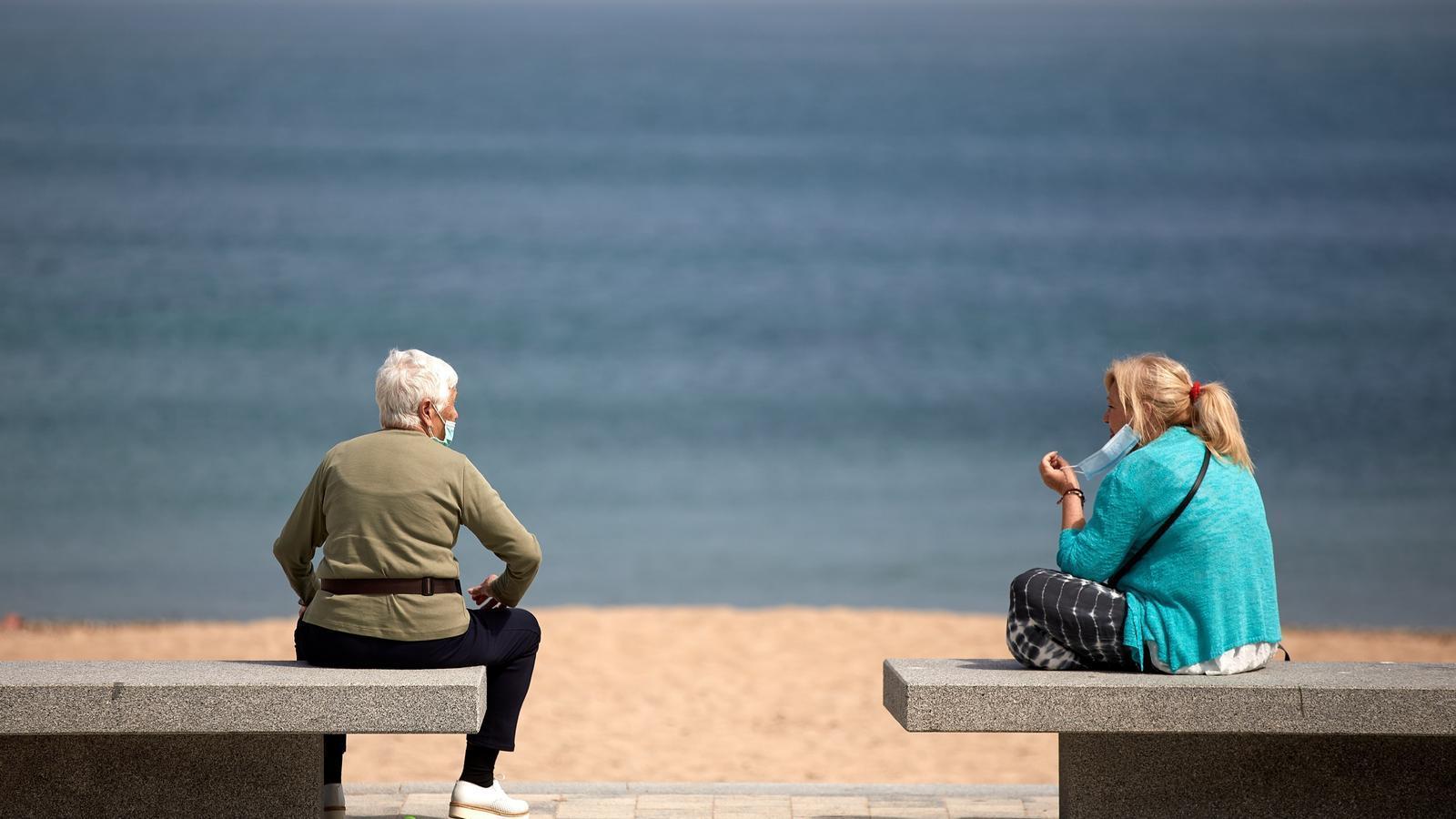 Dues dones parlant al passeig marítim de l'Escala (Alt Empordà) el dijous passat.