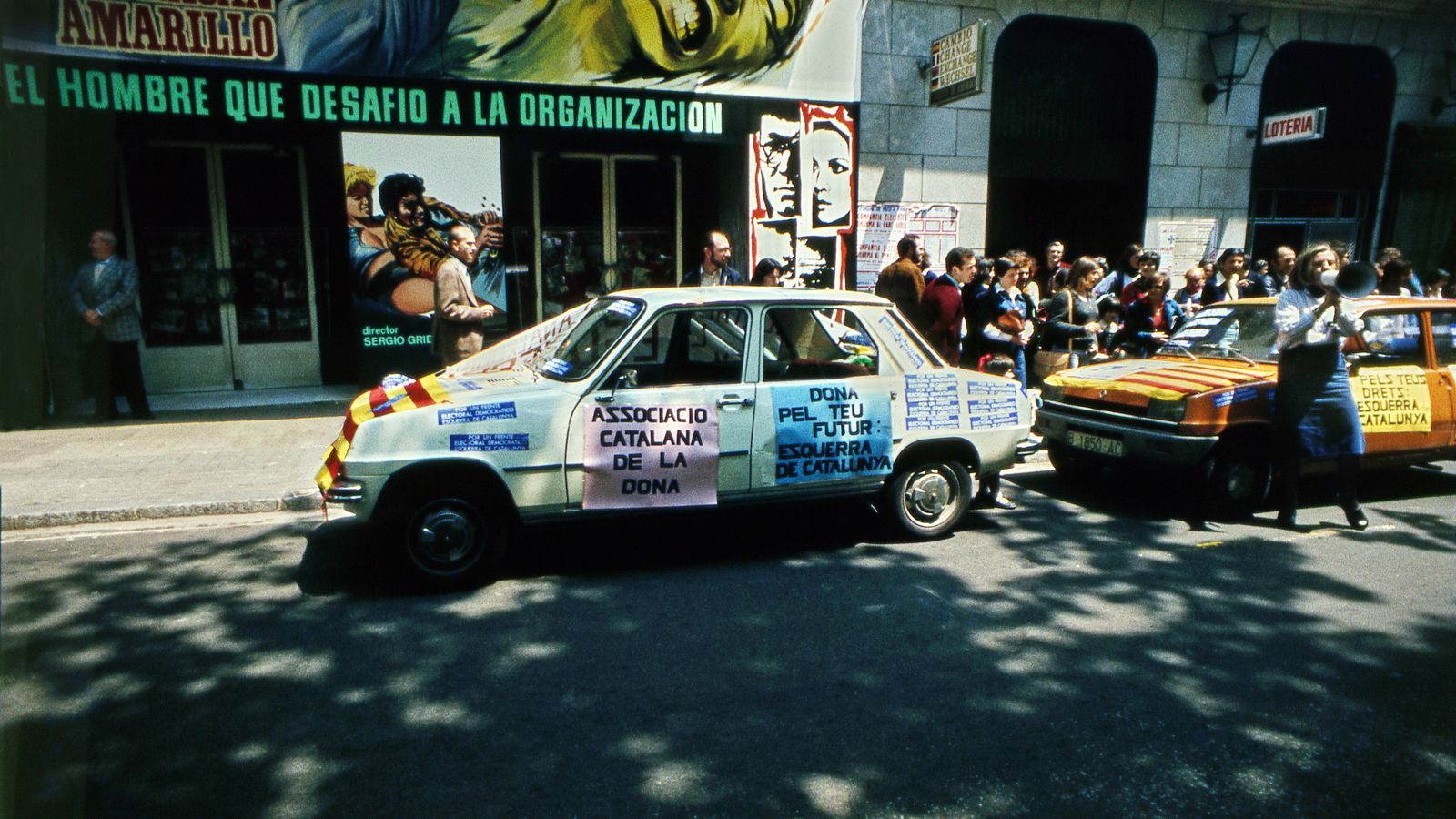 Un cotxe amb pancartes feministes