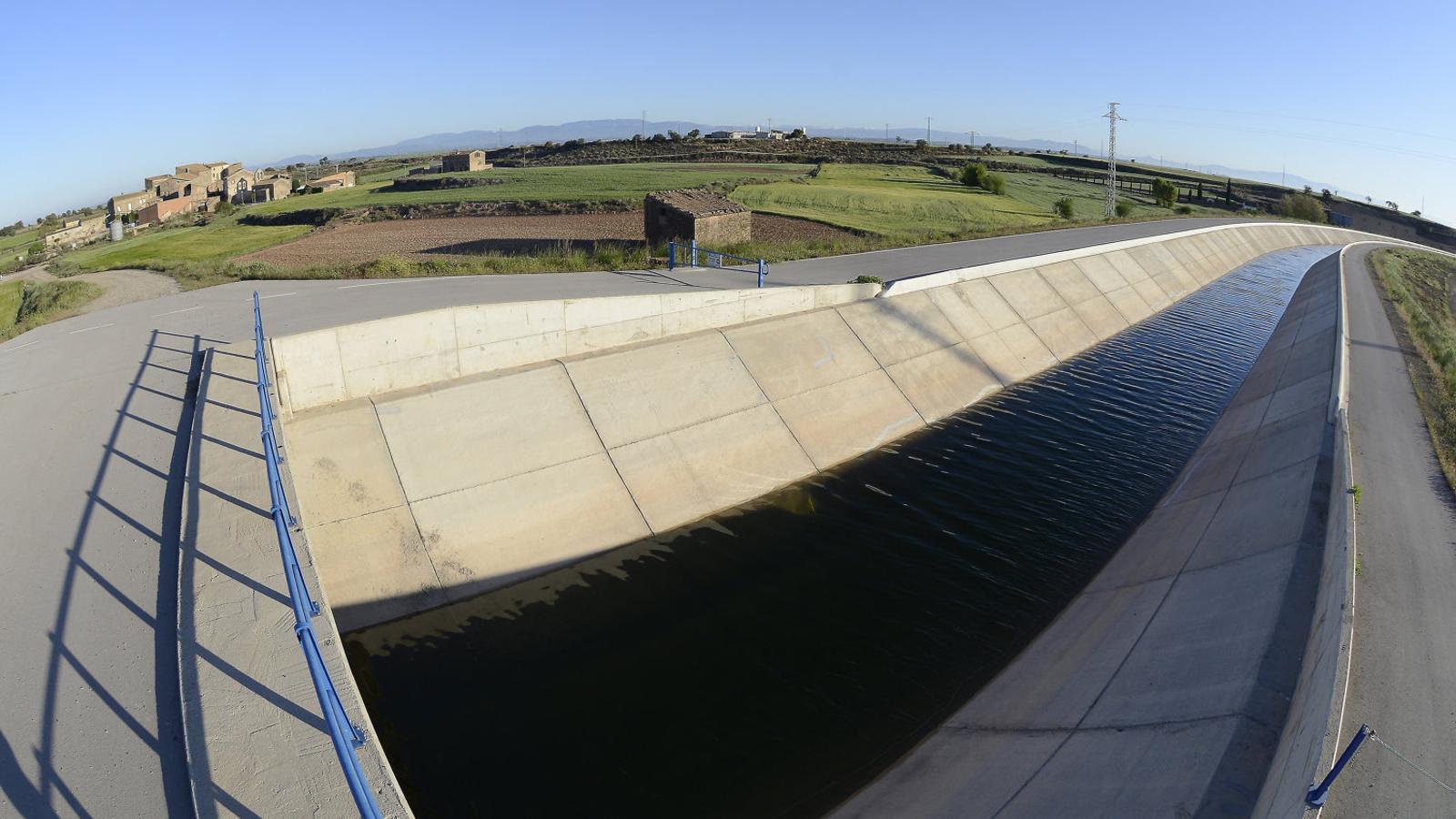 Imatge del canal Segarra-Garrigues al seu pas pel terme municipal de la Figuerosa, un poble agregat a Tàrrega. / SANTI IGLESIAS