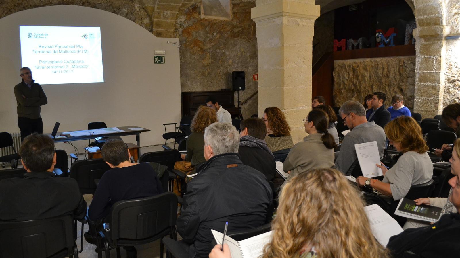 Reunió de professionals i polítics sobre els canvis en el PTM a la Institució Mossèn Alcover de Manacor.
