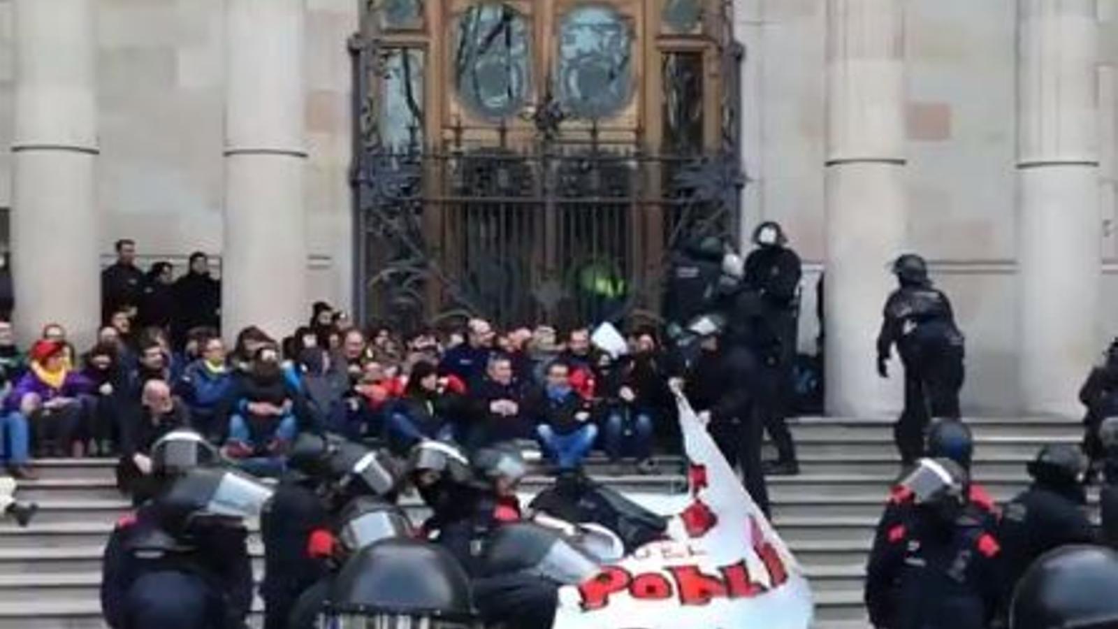 """Els mossos comencen a desallotjar les persones encadenades a les portes del TSJC per denunciar la """"repressió de l'Estat"""""""