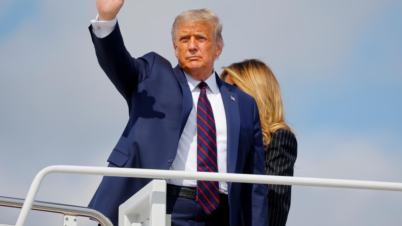 Donald Trump també a punt de pujar a l'avió direcció al primer debat entre ell i Joe Biden.