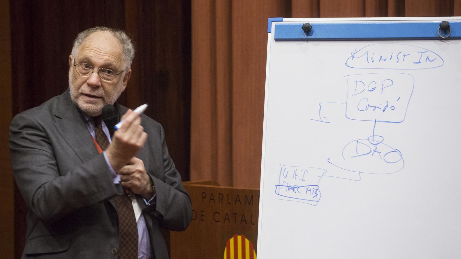 El periodista Ernesto Ekaizer, durant la seva compareixença a la comissió d'investigació / MANOLO GARCÍA