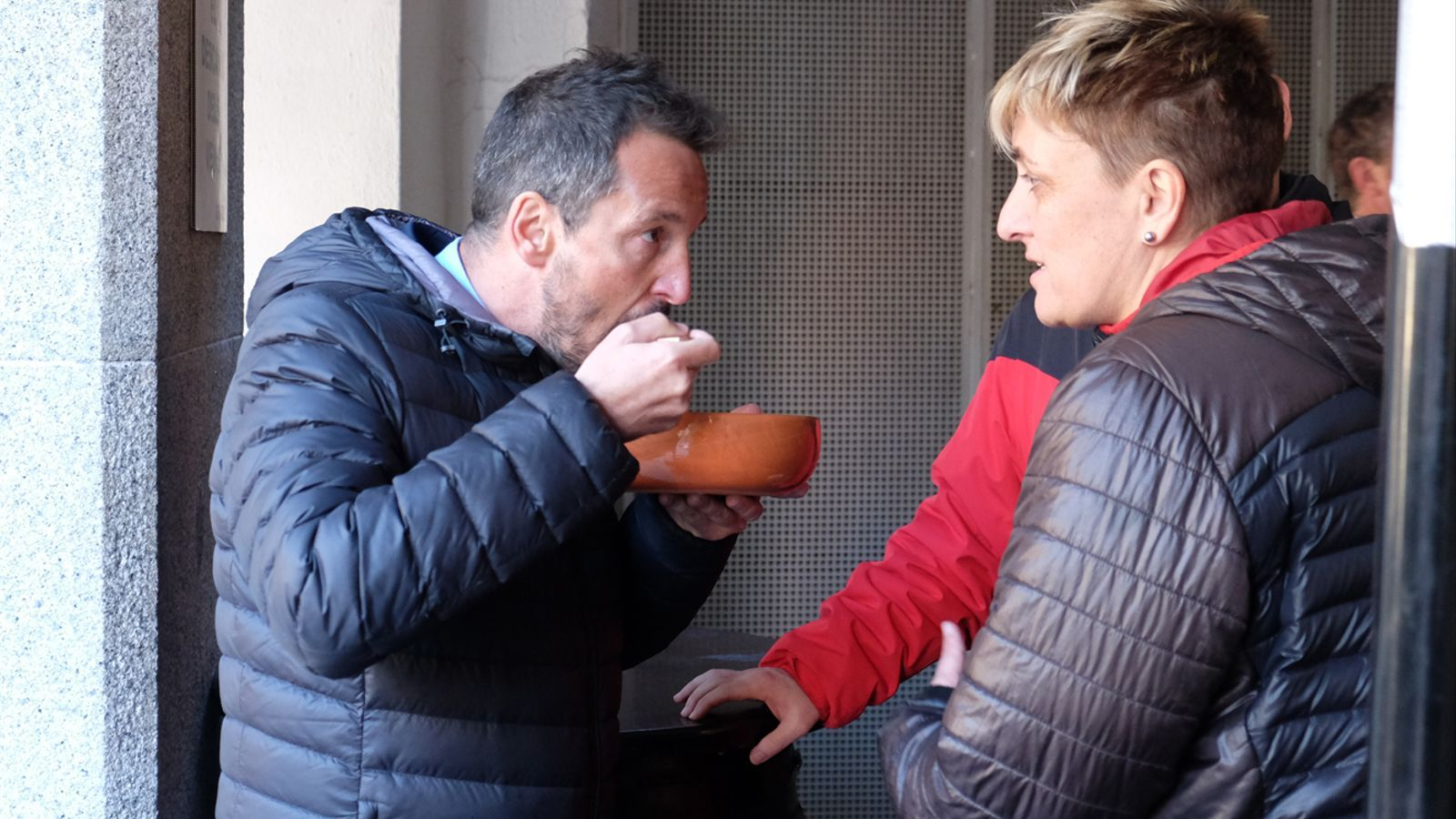 Pere López menjant escudella d'Andorra la Vella i conversant amb Lídia Samarra / M. T.