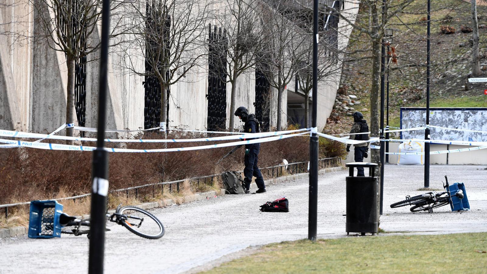 Agents de policia als voltants d'una estació d'Estocolm, on un home va morir al gener per l'explosió d'una granada.