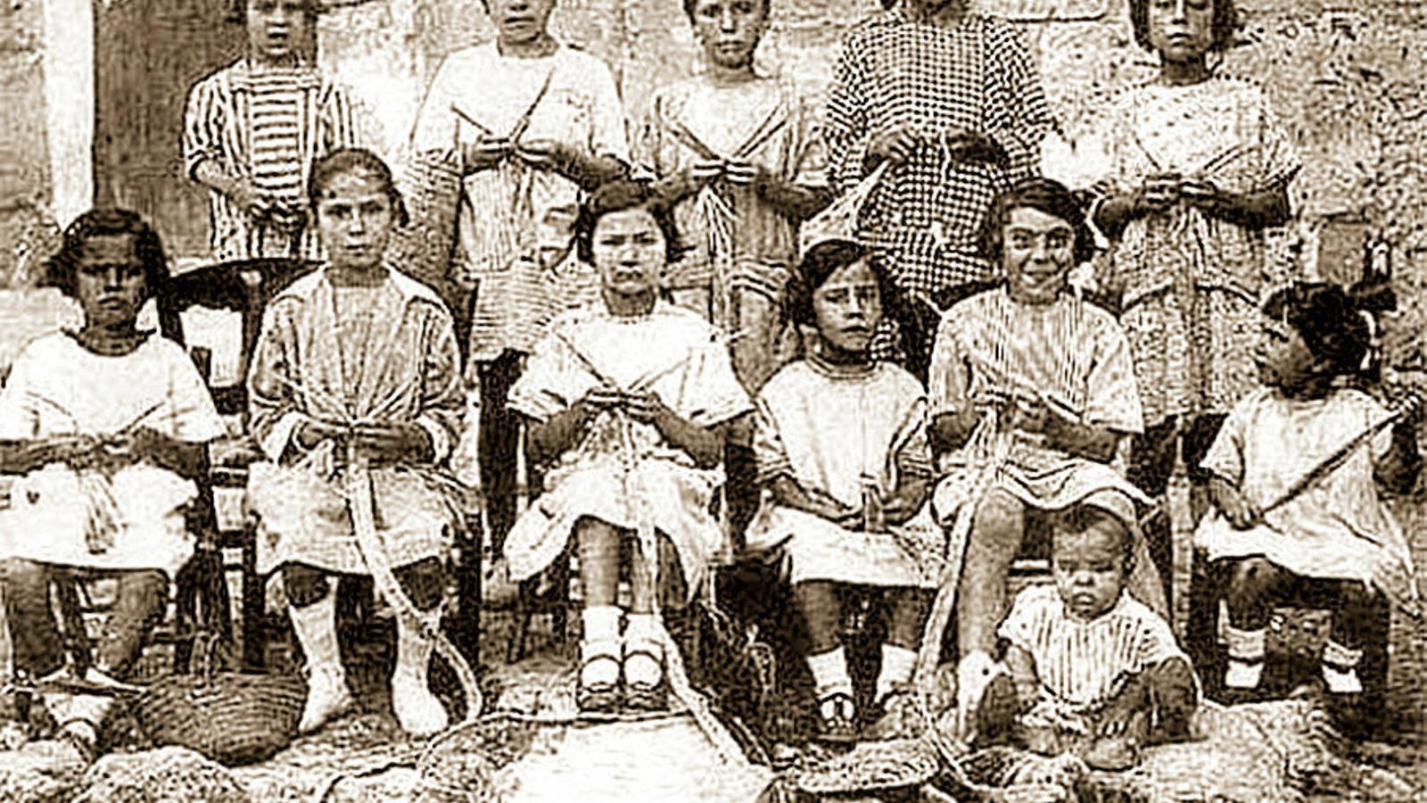 PIONERES DEL FEMINISME 01. Grup de nines de Capdepera fent llata. 02. Magdalena Coll Alou. 03. Maria Pascual Flaquer.