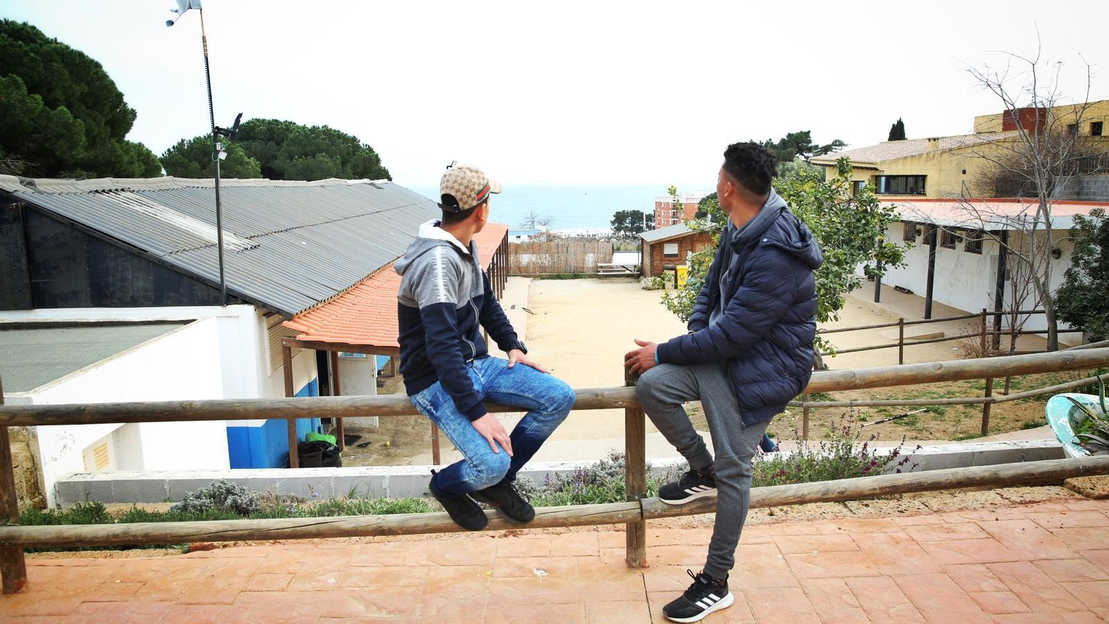 Un home entra amb un matxet a un centre de 'menes' de Canet de Mar
