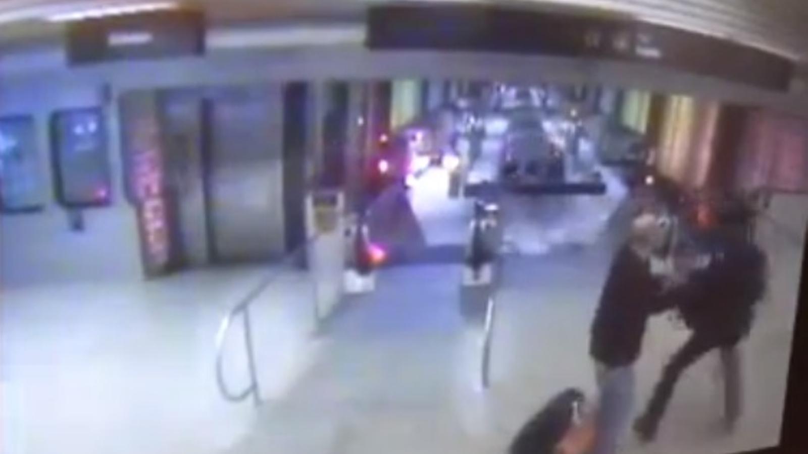 Una càmera de seguretat va captar el moment en què descarrila un metro i s'encasta en una escala mecànica a Chicago