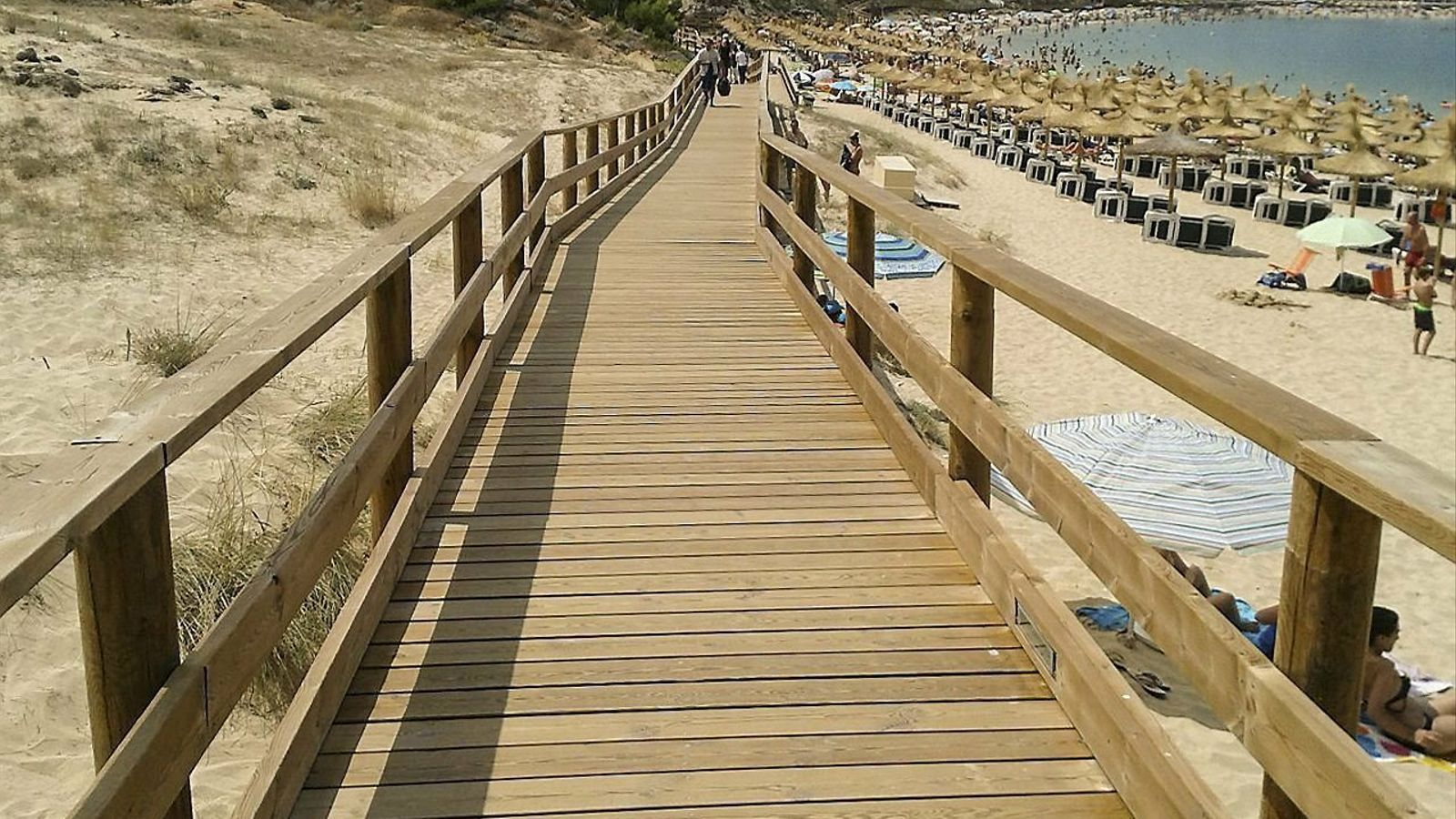 Alguna de les platges menorquines com la d'Arenal d'en Castell ja estan adaptades a persones amb mobilitat reduïda.