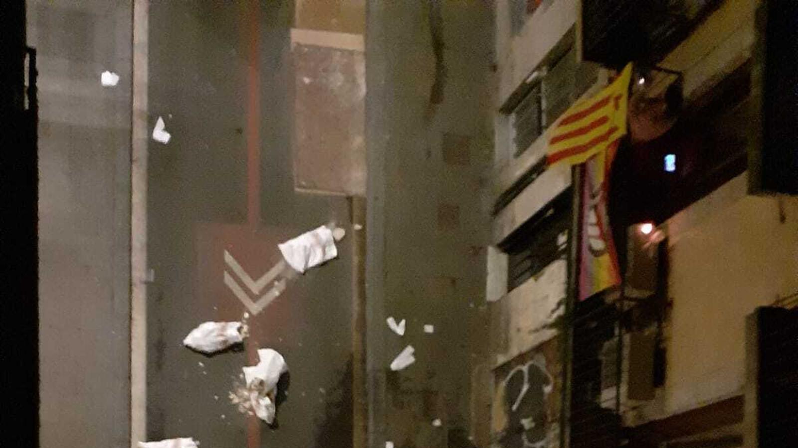 Sacs de runa, com a protesta, al mig del carrer